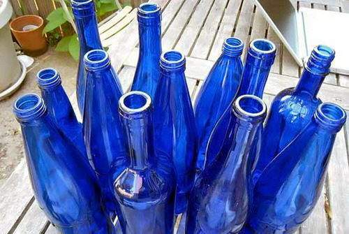 Botellas de colores como materiales